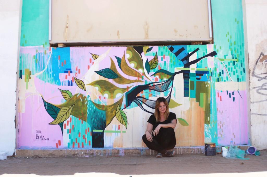 Yalla Khartoum Benz vor Wand Africa Street web